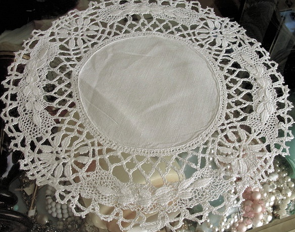 BEAUTIFUL ANTIQUE CLUNY BOBBIN LACE EDGED LINEN DOILY