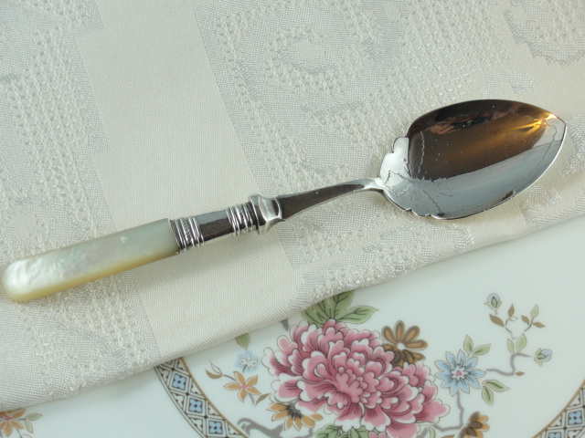 LOVELY VICTORIAN SILVER SPOON LUSTROUS MOTHER of PEARL HANDLE