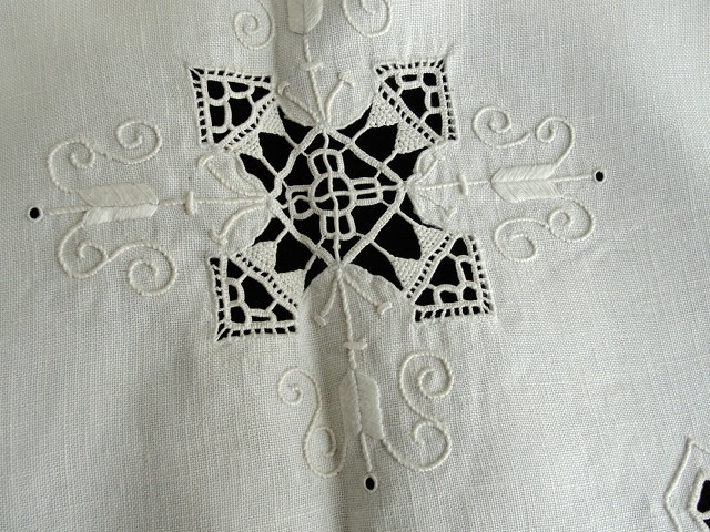 ANTIQUE LINEN  NEEDLELACE EMBROIDERED SMALL ROUND TABLECLOTH or CENTERPIECE BEAUTIFUL   RETICELLA LACE WORK