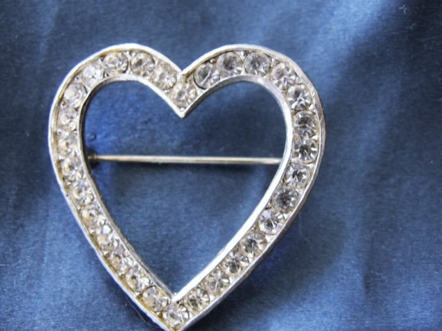 CHARMING Vintage Heart Shape Brooch Sparkling Rhinestones Pin Costume Jewelry
