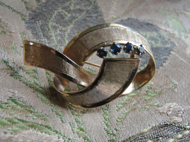 40s RETRO 14 KT Gold Figural Brooch Textured Ribbon With Blue SAPPHIRES Pin Fine Jewelry