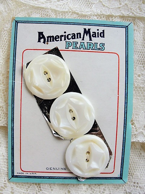 1930s BEAUTIFUL Lustrous Mother of Pearl Hand Carved Buttons American Maid Pearls On Original Presentation Card Vintage Buttons