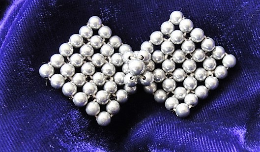 VINTAGE 1950s Bow Motif Pearl BUTTON Grey Pearls Decorative Button Dress Adornment Vintage Sewing Collectible Buttons