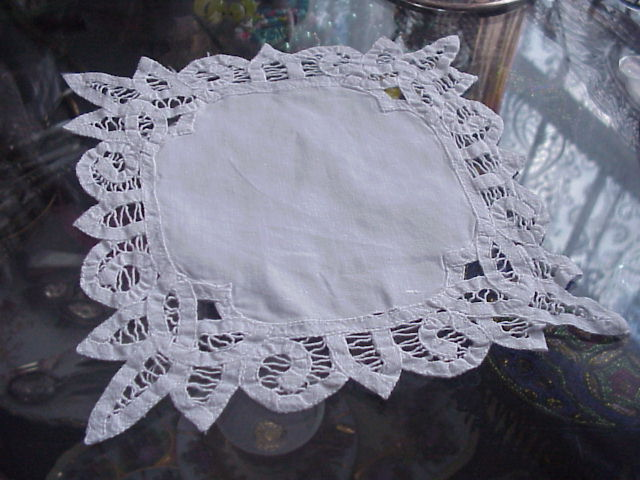 BEAUTIFUL VICTORIAN LACE  DOILY CENTREPIECE