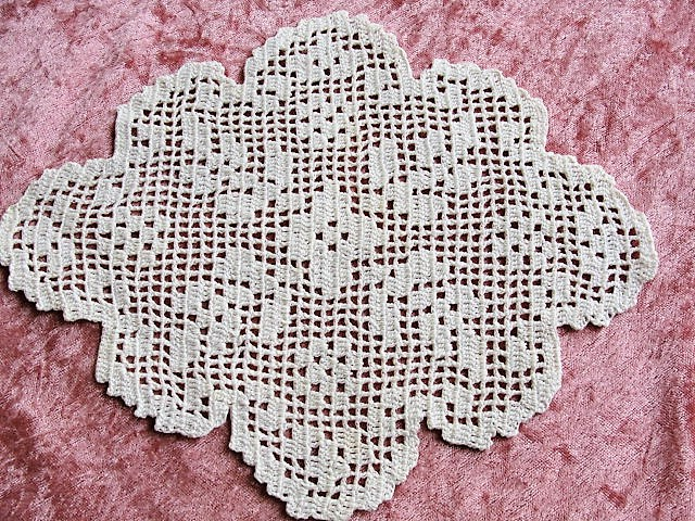 CHARMING 1930s Hand Made Crocheted Filet Lace Doily Creamy White Vintage Chic Cottage Decor Lace and Linens