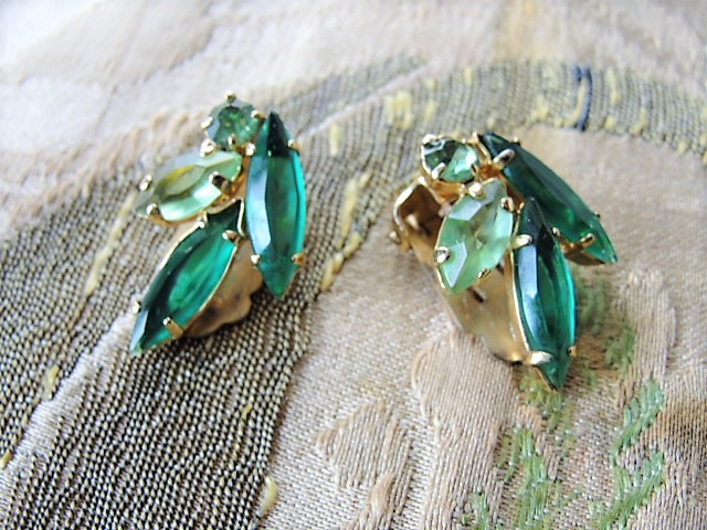 BEAUTIFUL Clip On Earrings Brilliant Emerald Green and Peridot Color Rhinestones Vintage 50s 60s Rhinestone Costume Jewelry