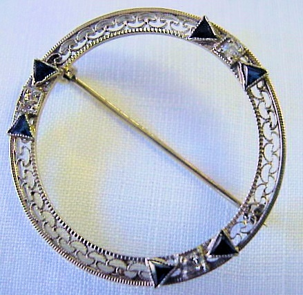 FABULOUS ART DECO ROUND WHITE GOLD FILIGREE BROOCH DIAMONDS BLUE SAPPHIRE BOWS CIRCA 1920s