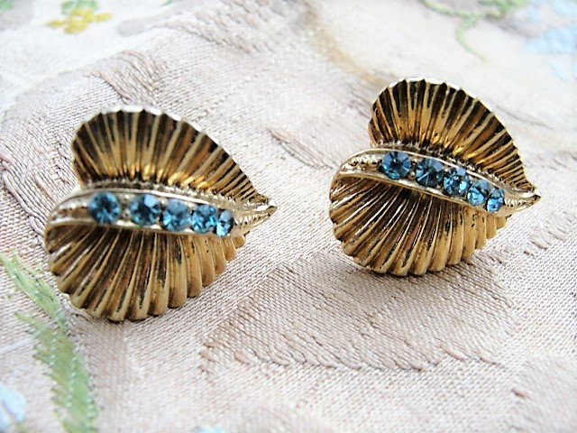 BEAUTIFUL Vintage 50s Gold Tone and Blue Rhinestones Earrings Costume Jewelry