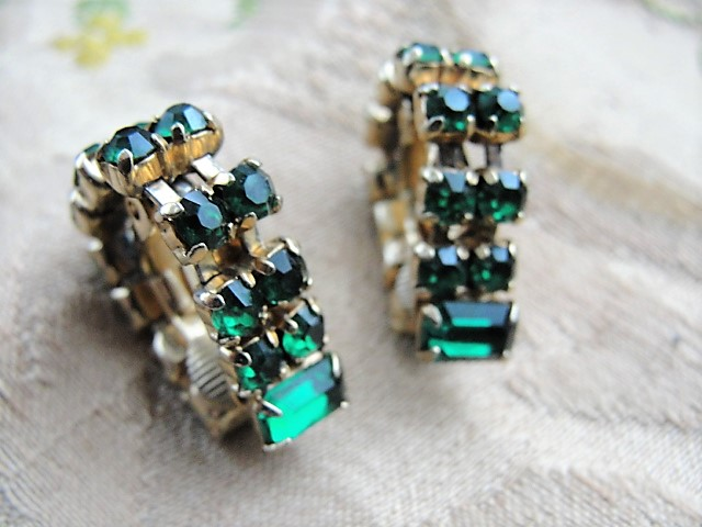 VINTAGE 50s Early 60s Emerald Green Rhinestone Earrings Interesting Design Clip On Earrings Daytime or Evening Vintage Costume Jewelry & VINTAGE 50s Early 60s Emerald Green Rhinestone Earrings Interesting ...