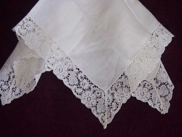 GORGEOUS VINTAGE  LACE EDGED HANKY PERFECT FOR BRIDE