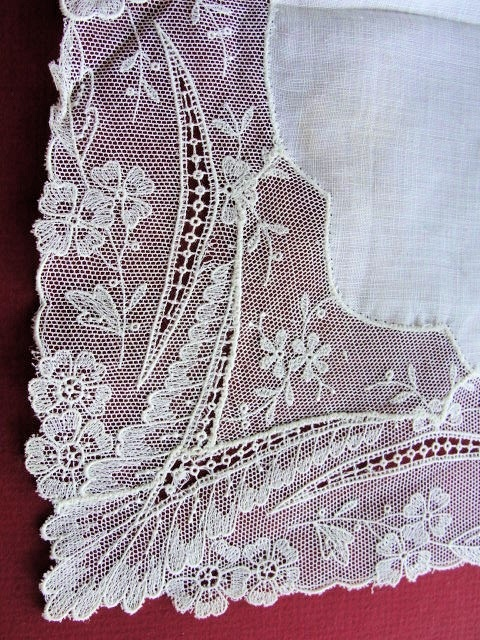 ANTIQUE WEDDING BRIDAL HANKY HANDKERCHIEF WHISPER FINE WIDE LACE BORDER