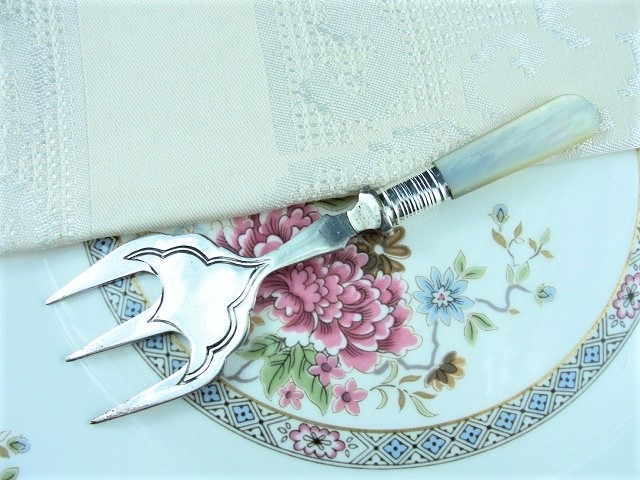 ELEGANT VICTORIAN SILVER SERVING FORK MOTHER of PEARL HANDLE