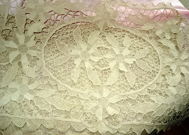 EXQUISITE VINTAGE NEEDLE LACE PLACEMATS SET