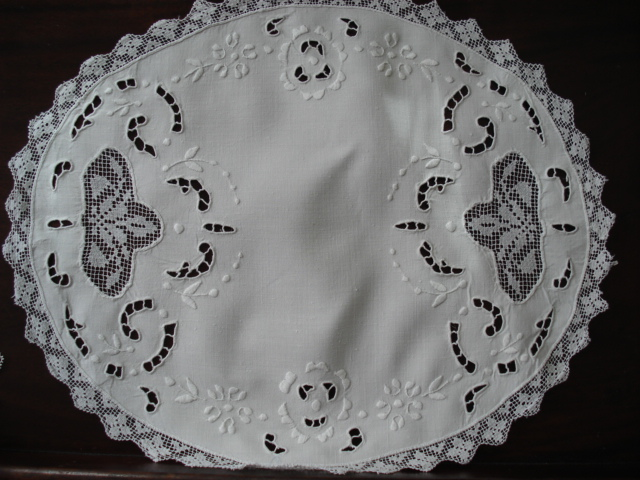 BEAUTIFUL ANTIQUE  LARGE DOILY MADEIRA LACE CUTWORK