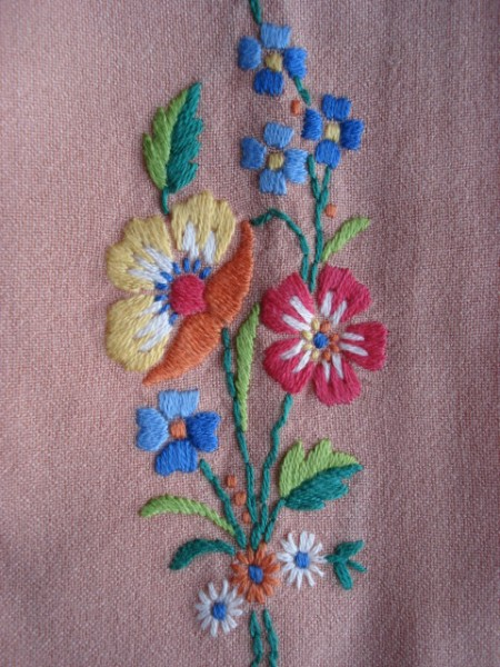 PRETTY  PAIR of EMBROIDERED FLORAL GUEST TOWELS CHIC!