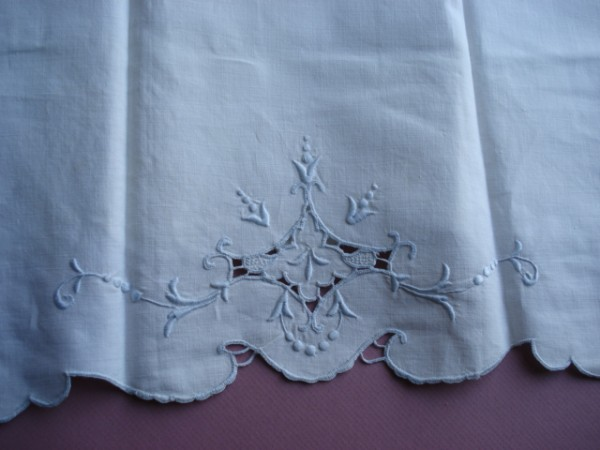 BEAUTIFUL VINTAGE MADEIRA GUEST TOWEL CUTWORK