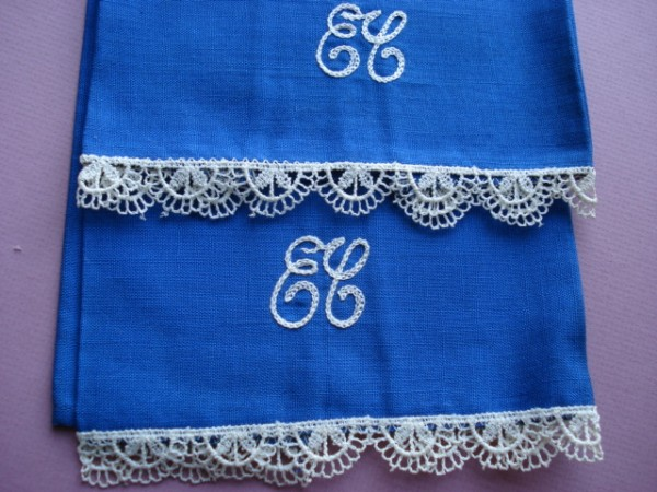 PR of VINTAGE HAND TOWELS MONO  E C  LACE EDGED PRETTY!