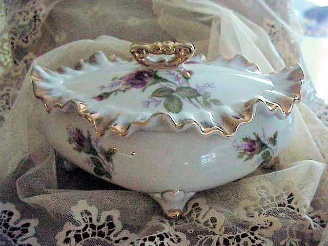 VINTAGE FANCY FOOTED PORCELAIN TRINKET JEWEL LIDDED BOX GILT ROSES